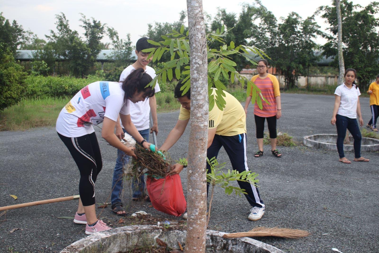 Sinh viên Phân hiệu ĐHQG-HCM tại tỉnh Bến Tre dọn dẹp vệ sinh Mừng năm học mới 2018 - 2019