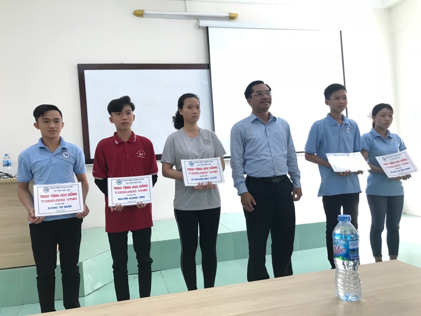 Phân hiệu ĐHQG-HCM tại tỉnh Bến Tre trao học bổng cho Tân sinh viên năm học 2017 - 2018