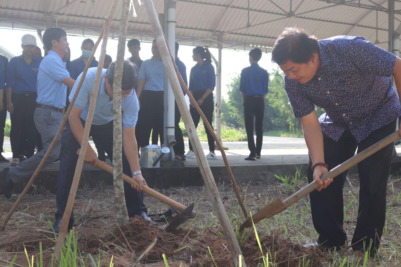 Phân hiệu ĐHQG-HCM tại tỉnh Bến Tre tổ chức buổi Lễ phát động trồng cây Chào mừng năm học mới 2018 - 2019