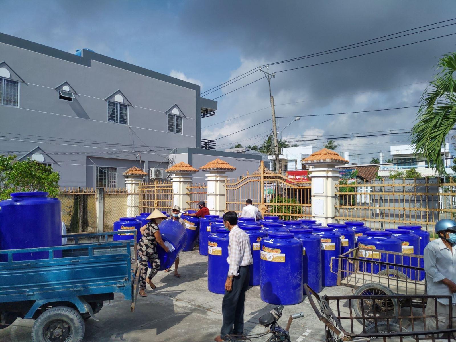 Công đoàn cơ sở Phân hiệu ĐHQG-HCM tại tỉnh Bến Tre trao tặng bồn trữ nước ngọt cho người dân khó khăn