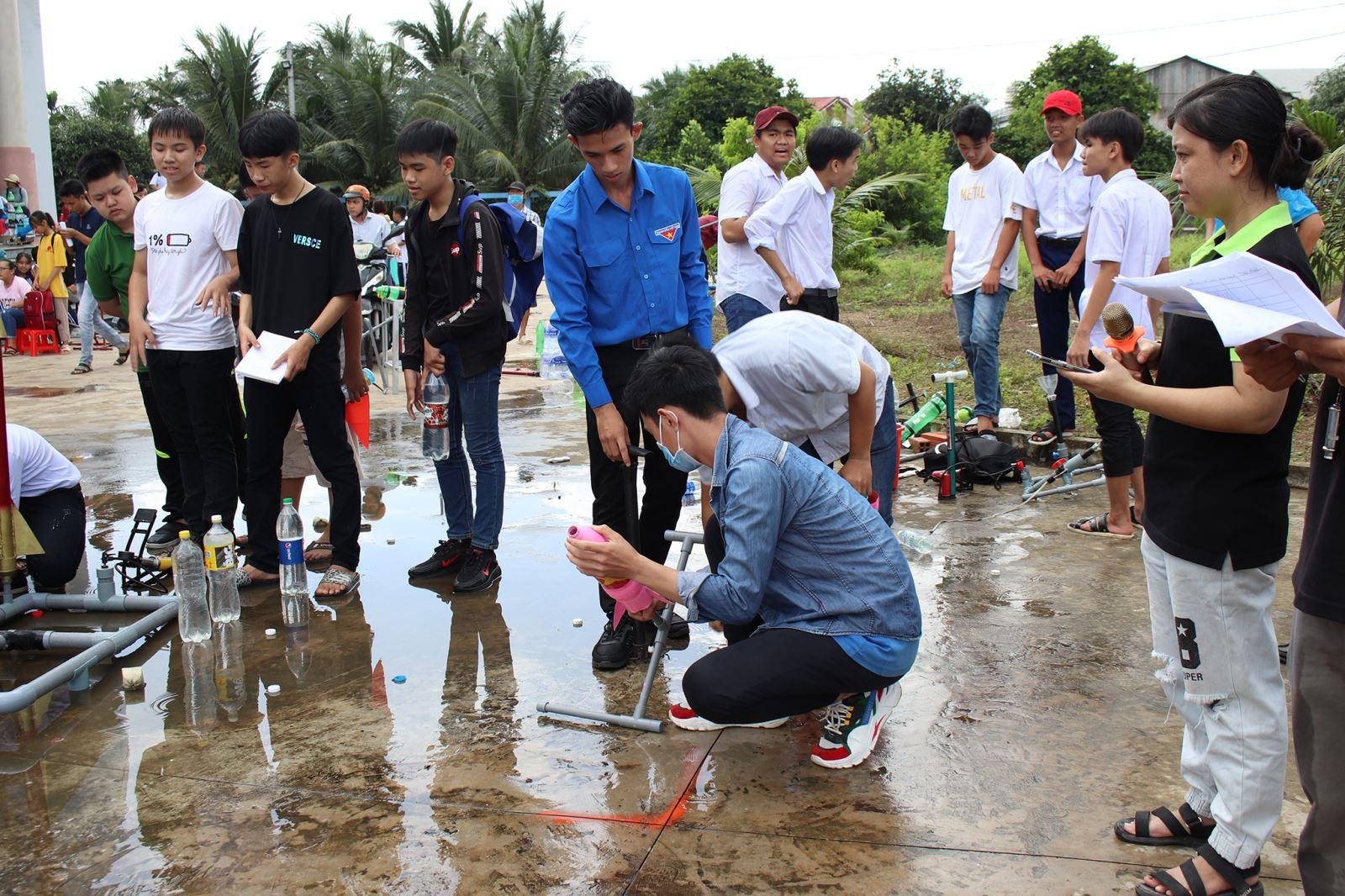 Sinh viên ngành Kỹ thuật xây dựng tham gia Hội thi và  ``Ngày hội sáng tạo tên lửa nước và robocon``