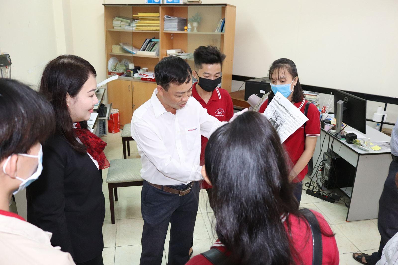 Sinh viên ngành Đô thị học tại Phân hiệu ĐHQG-HCM  tìm hiểu thực tế tại Tòa soạn báo Đồng Khởi