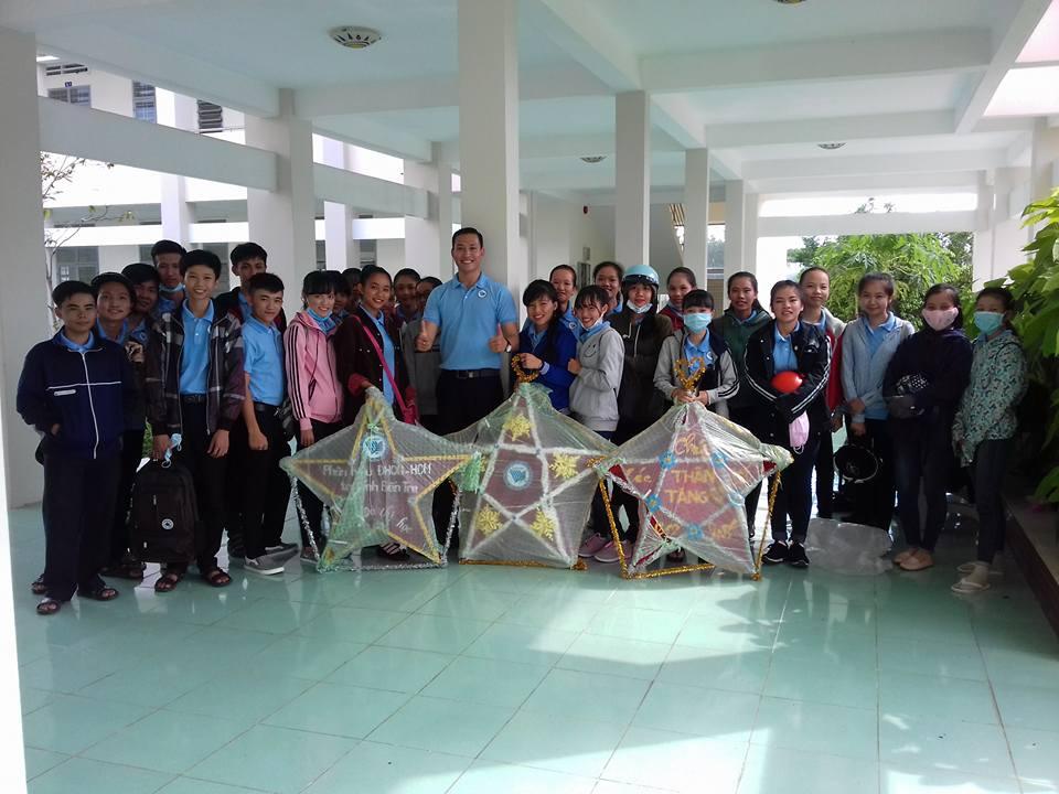 """470 phần quà được trao tặng cho trẻ em trong chương trình """"Đêm hội trăng rằm"""" tại xã Hưng Phong"""