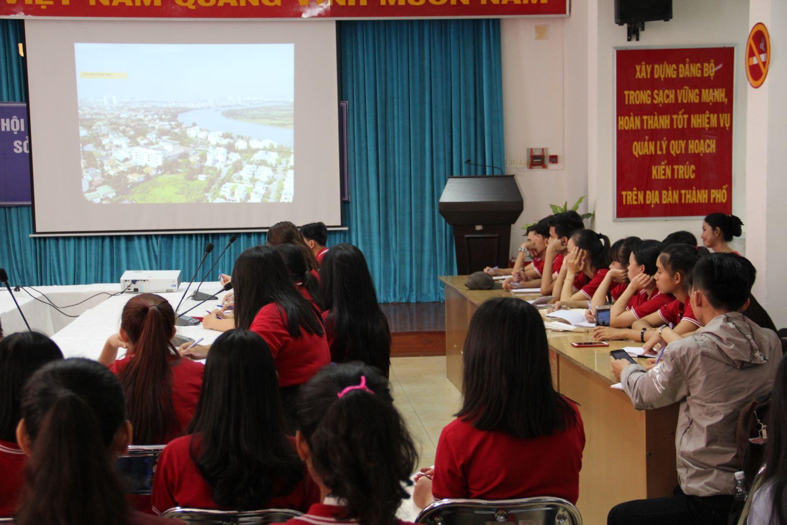 Lớp Đô thị học (Trường ĐH KHXH&NV, ĐHQG-HCM) hoàn thành Môn học Kiến tập 1 tại TP. HCM ngày 11/04/2018